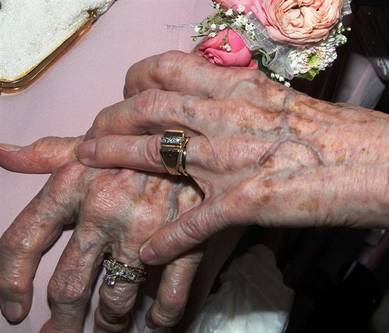 Oběma nevěstám je přes 90 let.