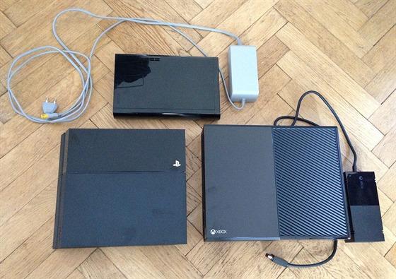Naho�e konzole Wii U, vlevo PlayStation 4 a vpravo Xbox One