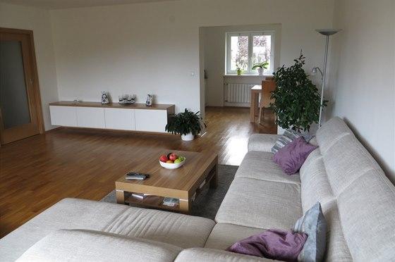 Dveřní otvor propojuje jídelnu a kuchyň s obývacím pokojem.