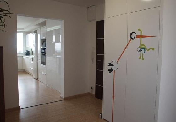 Vstupní předsíň bytu obsahuje samostatnou šatnu, takže většina sezónního