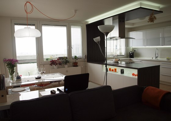 Kuchyň spojili majitelé s obývacím pokojem.