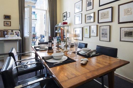 Jeden prostor, několik materiálů a různorodých stylů: mramorový pracovní stůl v