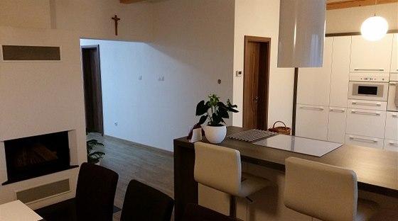 Kuchyně je spojená s obývací částí.