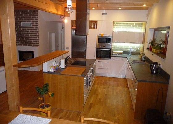V interiéru kombinovali majitelé dřevo a bílý lesk.