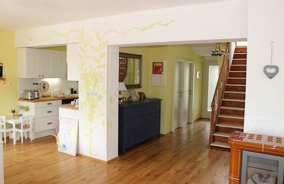 Pohled do chodby a kuchyňské části