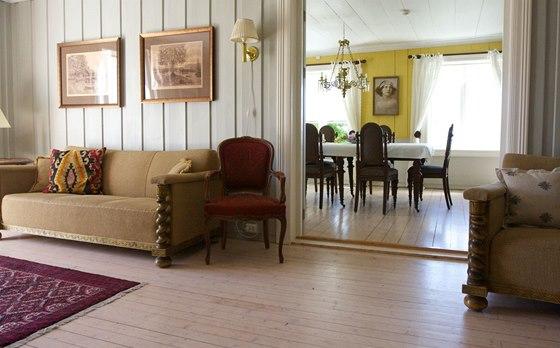 Majitelé v hale s jídelnou uchovali původní styl interiéru i většinu
