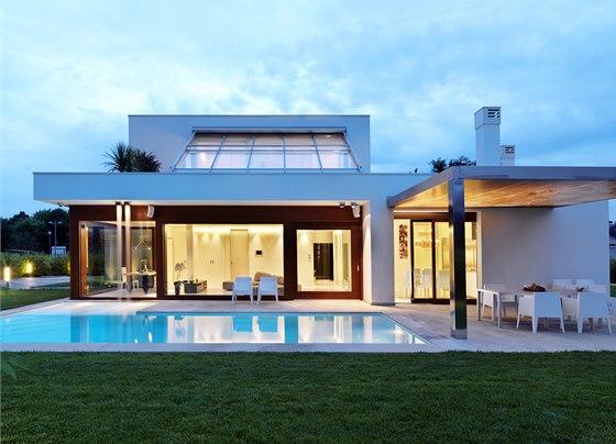 Jižní stranu domu a bazén lemuje dlážděná terasa z kamene z místních lomů.