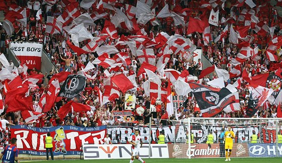 ČERVENOBÍLÝ KOTEL. Slávističtí fanoušci na tribuně Sever