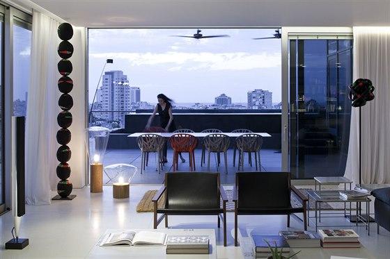 V bytě nechybí dokonce ani zástupce současného českého designu. Jde o dvojici lamp Muffins, které vytvořila v roce 2010 Lucie Koldová společně s Danem Yeffetem pro českou firmu Brokis.