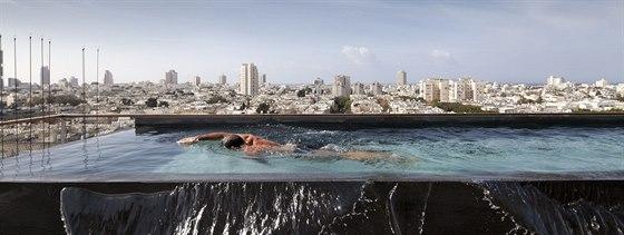 Ačkoliv je v domě společný bazén pro všechny obyvatele, apartmán má vlastní na střeše.