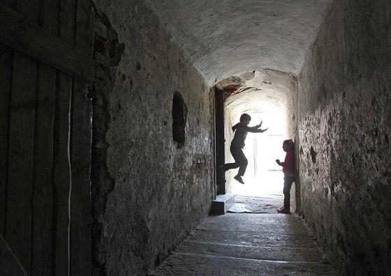 Stínadla. I tak občas místní říkají magickým průchodům uvnitř židovských domů....