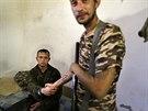 Povstalec si podává ruku se zajatým ukrajinským vojákem ve vesnici Starobeševe...