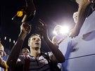 Český tenista Tomáš Berdych rozdává autogramy po postupu do čtvrtfinále US Open.