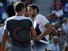 Chorvatský tenista Marin Čilič přijímá gratulace od Tomáše Berdycha po...