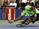 Francouzský tenista Gaël Monfils ve čtvrtfinále US Open upadl na zem.