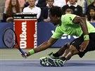 Francouzsk� tenista Ga�l Monfils ve �tvrtfin�le US Open upadl na zem.