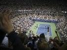 PODÍVANÁ. Diváci se na kurtu Arthura Ashea při čtvrtfinále Monfils vs. Federer...