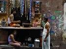 Muži pijí čaj v Kalkatě.