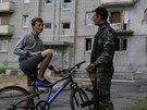 Místní obyvatel Avdijivky, města v Doněcké oblasti, hovoří s ukrajinským...