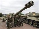 Proruští separatisté se fotí během oslavy připomínající obránce Doněcku proti...