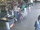 Pár okradl seniorku u pokladny v obchodním domě (20.8.2014)