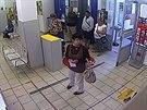 Ženu si oba pachatelé vytipovali už na poště, když si šla vybrat peníze...