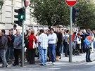 Lidé před budovou úřadu Středočeského kraje čekají ve frontě na podání žádosti...