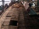 Poničená střecha lednického minaretu. Zloději vytrhali měděné plechové části.