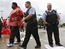 Zatýkání demonstrantů ve městě In Cicero, ve státě Illinois.