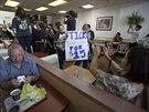 Aktivisté v jedné z restaurací McDonald's ve městě Los Angeles.