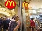 Aktivistka Guilda Valdez protestuje před McDonaldem v Los Angeles,