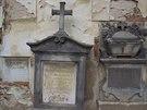 Hlavní indicie ke zjištění pohřbeného Lobkovice se nachází u zdi kaple.