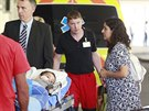 Pětiletý Ashya King s rodiči při příjezdu do motolské nemocnice, kde budou...