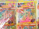 Celníci zabavili šestnáct tisíc kusů balení padělaných gumiček Rainbow loom.