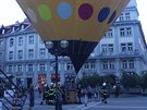 Nouzové přistání balonu na Baťkově náměstí v Hradci Králové. (8. 9. 2014)