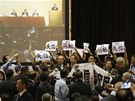 Hongkongské zákonodárce z Demokratické strany vyvedla z kongresového sálu