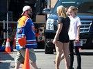 Lily-Rose Depppov� na place s re�is�rem Kevinem Smithem a jeho dcerou