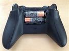 Xbox One ovladač napájí dvě tužkové baterie