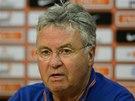 Tren�r nizozemsk�ho fotbalov�ho t�mu Guus Hiddink na tiskov� konferenci p�ed