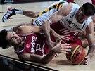 Turek Kerem Gönlüm (dole) a Darjus Lavrinovič z Litvy bojují o míč ve...