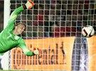 NEDOSÁHL. Nizozemský brankář Jasper Cillessen se marně natahuje po míči.