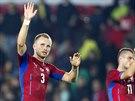 Čeští fotbalisté Michal Kadlec (vlevo) a Daniel Pudil děkují fanouškům za podporu.