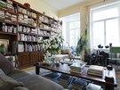 Obrovská knihovna ze speciálně mořeného dřeva rosewood, které nevyžaduje