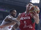Americký basketbalista Rudy Gay (vlevo) v souboji s Mexičanem Hectorem Hernandez