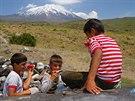 V�ude tam, kde �ijí lidé, jsou i zv�davé d�ti. Vesnice pod Araratem nejsou...