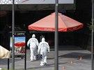 Policisté vcházejí do prostoru stanice metra v centru Santiaga de Chile, kde v...