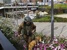 Policista se psem prohledává okolí stanice metra u vojenské školy, kde v...
