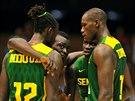 Senegalští basketbalisté si domlouvají taktiku na Chorvatsko. zcela vpravo...