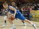 Finský basketbalista Mikko Koivisto uniká kolem americké superstar Derricka...