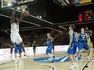 Americký basketbalista Kenneth Faried smečuje do finského koše.